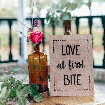 Tekstbord Love at first bite