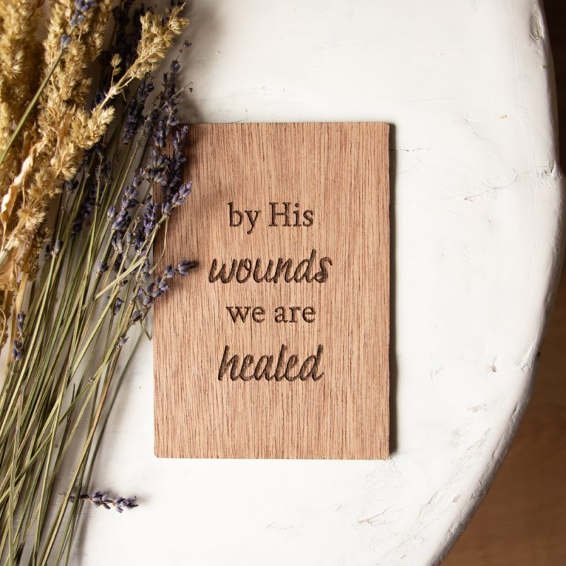 Houten Kaart By His Wounds we are healed